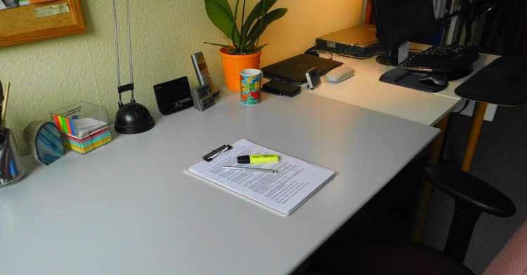 Aufgeräumter Schreibtisch motiviert positiv