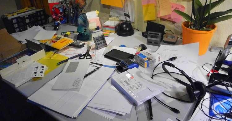 Ein voller Schreibtisch demotiviert