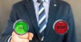 Bis zu 100.000 Entscheidungen treffen wir täglich – bewusst und unbewusst. Was überwiegt bei diesen Entscheidungen? Der Kopf oder der Bauch? Können wir steuern, ob wir eher mit der Logik oder mit dem Bauchgefühl entscheiden? Sind unsere Entscheidungsstrategien angeboren oder erlernt? Lesen Sie in diesem Artikel, welche Rolle Kopf und Bauch beim Entscheiden spielen, wie Sie gute Rahmenbedingungen für Ihre Entscheidungen schaffen und lernen Sie unterschiedliche Methoden kennen, eine Entscheidung zu fällen.